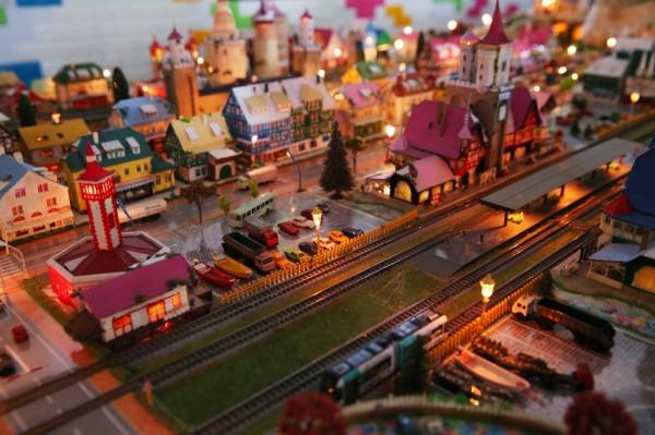 透過燈光調整轉換成夜間場景,讓原本繽紛的城鎮街景場景更多份浪漫感。(記者潘自強攝)