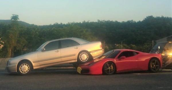蘇澳新馬陸橋今傍晚發生車禍,一輛法拉利458 Italia超跑從後方追撞賓士,法拉利車頭損失慘重。(記者張議晨翻攝)
