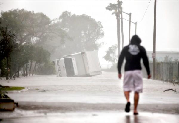 艾瑪颶風10日侵襲佛州邁阿密,卡車在強風吹襲下傾倒。(路透)