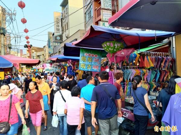 大士爺廟周邊進駐的市集攤商,有近20攤專賣傘、雨具,成為最大特色。(記者曾迺強攝)
