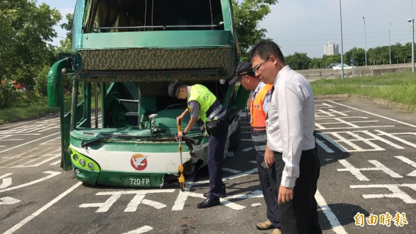 橋頭地檢署檢察官劉俊良(前)特別指示要測距輪,試圖還原當時滑行情況。(記者洪臣宏攝)