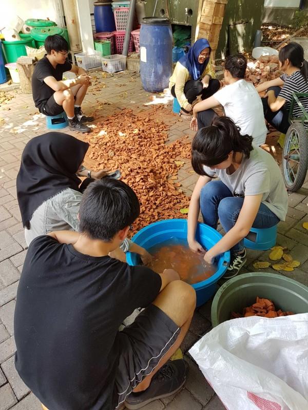 台科大學生清洗汙水處理系統中的濾材。(台科大提供)
