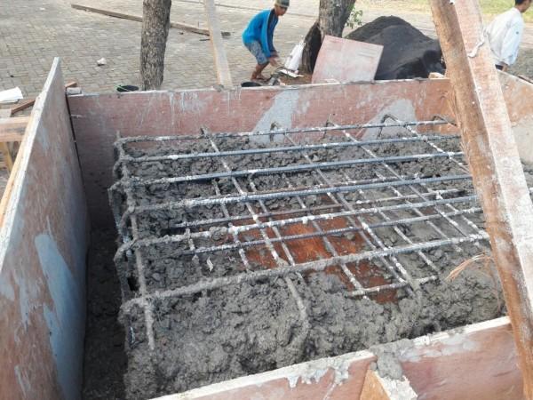 台科大志工團和印尼泗水理工學院合作,幫印尼泗水的社區建造汙水處理槽。(台科大提供)