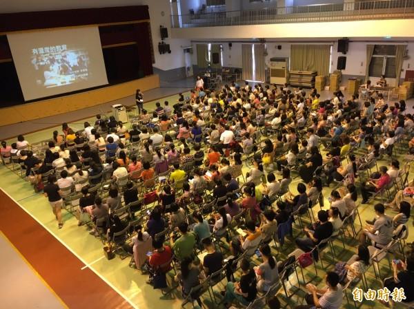 陳妙花利用暑假開辦「民間版的教學研習」,只要是老師都能報名參加。(記者顏宏駿攝)