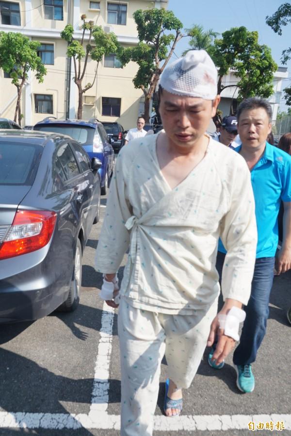 阿羅哈吳姓司機包紮後應訊,聲稱對碰撞過程沒有記憶。(記者黃佳琳攝)