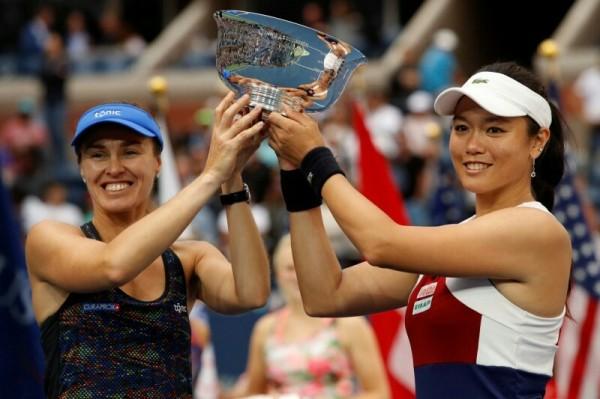 女網好手詹詠然(右)與辛吉絲(左)的組合,奪得美網女雙冠軍。(路透)
