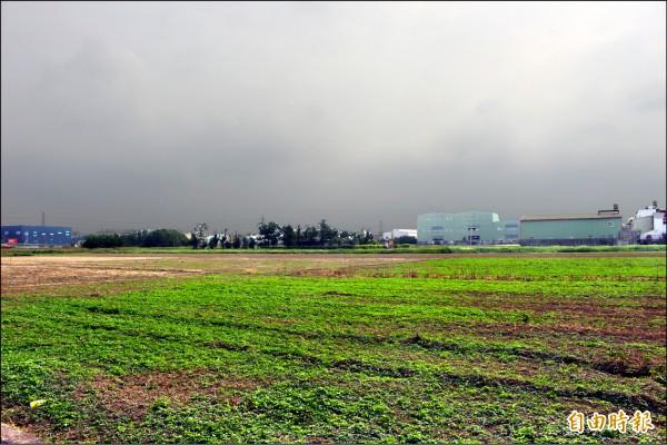 彰化縣經常可見到工廠興建在農地上,被譏為「農地種工廠」。(資料照,記者張聰秋攝)
