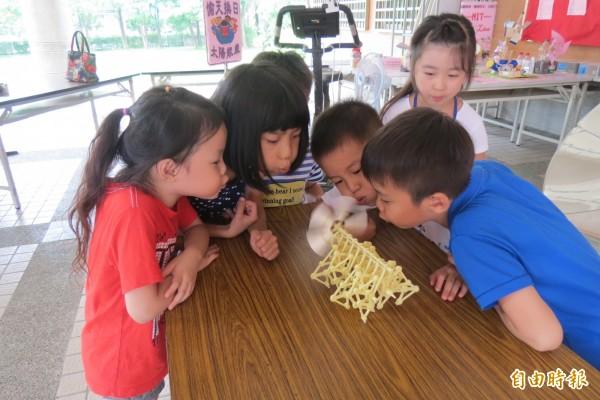 風力仿生獸讓學生認識風力動能。(記者蘇孟娟攝)