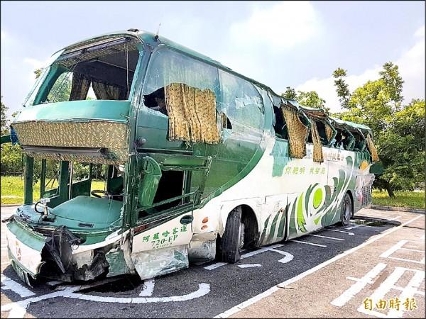 國道中山高岡山路段前晚11點40分驚傳阿羅哈客運衝撞護欄事故,造成6死11傷,肇事車輛慘不忍睹。(記者陳文嬋攝)
