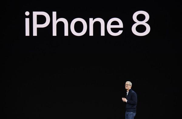 蘋果推出iPhone 8系列新機,共有iPhone 8與iPhone 8 Plus兩個機種。(彭博)
