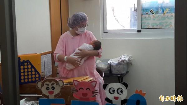 香港醫生從一名死亡孕婦的腹中,救出女嬰。示意圖,圖中嬰兒與本文無關。(資料照,記者洪美秀攝)