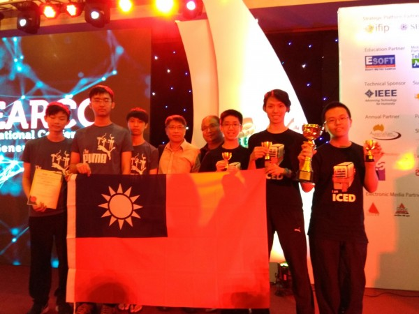 在斯里蘭卡舉辦的ISSC國際學生程式設計競賽,由新竹實驗中學、台北市成功高中囊括大會第一、第二名,二校學生還帶著台灣國旗上台受獎!(趙涵捷提供)