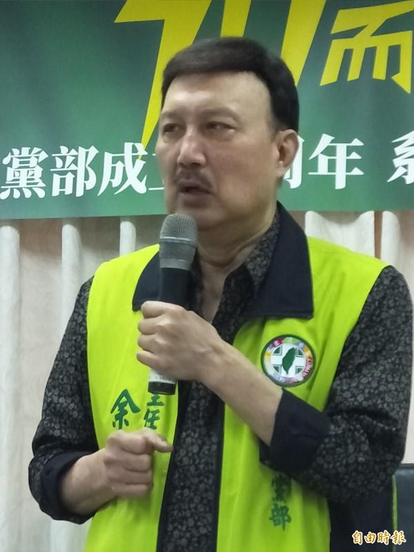 民進黨新北市黨部主委余天宣布10月起,市黨部員工加薪3%至5%。(記者何玉華攝)