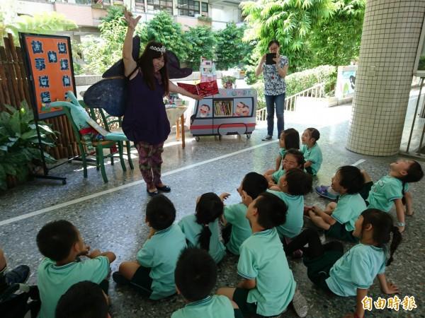重慶國小校長胡秀美扮成蝴蝶仙子說故事,引導學生閱讀興趣。(記者蘇孟娟攝)