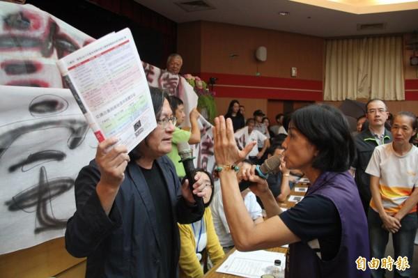 都發局今晚於台北醫學大學舉辦第3次的公宅說明會,然而景勤里長賴惠貞(圖右)與都發局長林洲民(圖左)開嗆,不讓都發局官員上台報告。(記者鍾泓良攝)