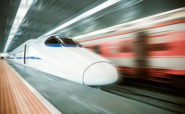印度計畫自明年開始修建艾哈邁達巴德(Ahmedabad)到孟買(Mumbai)的高速鐵路,其長達500公里,全程僅需2小時,預計在2022年8月前竣工!圖為示意圖。(圖擷自Shutterstock)