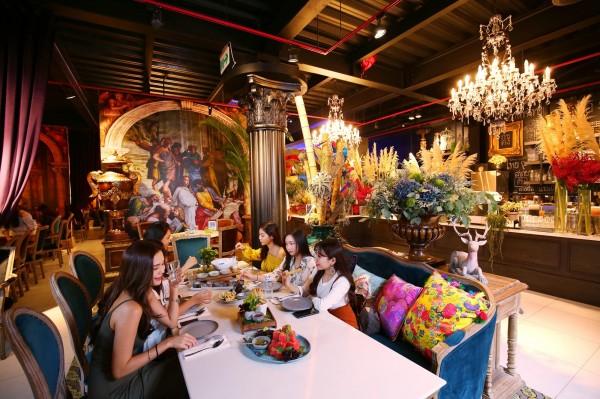 巴洛克古典風的設計空間,卻以鮮豔的花材布置其中,就像泰國流行的衝突藝術般,讓客人在繽紛空間享用泰北風味。(記者潘自強攝)