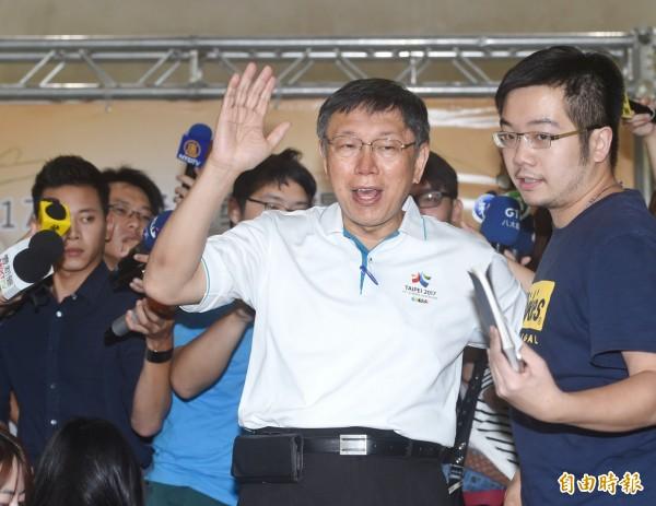 台北市長柯文哲14日出席金輪獎頒獎典禮,頒獎表揚績優駕駛,並接受媒體採訪。(記者方賓照攝)