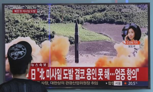 北韓今日清晨發射火星-12型飛彈,越過日本北海道領空。(美聯社)