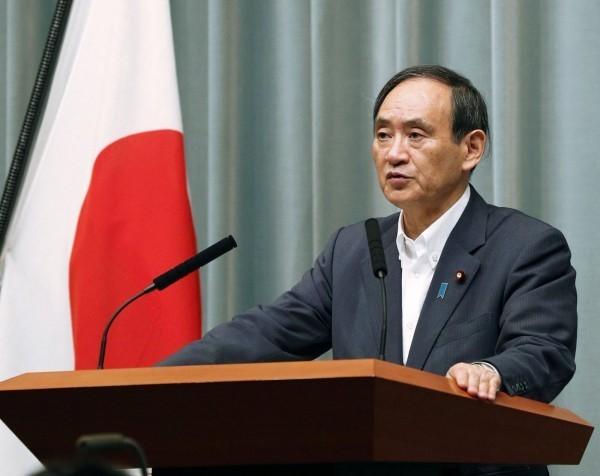 日本官房長官菅義偉召開緊急記者會,說明北韓發射飛彈情形並予以譴責。(路透)