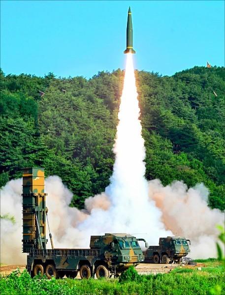 南韓今天清晨在一項模擬攻擊中,向朝鮮半島東海岸發射玄武2型彈道飛彈。圖為玄武-2型飛彈。(美聯社)