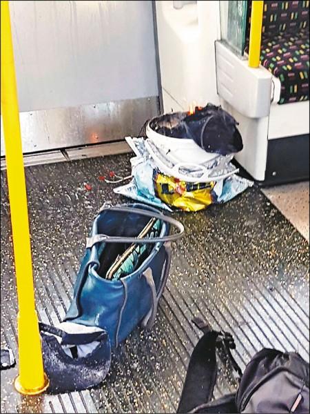 倫敦地鐵車廂內一個套上超市塑膠袋的白色塑膠桶,在載滿乘客的列車內突然爆炸。(路透)