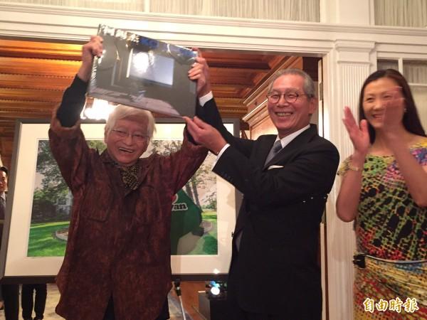 台灣攝影大師柯錫杰應台北駐美代表高碩泰夫婦邀請來華府拍攝雙橡園之美。(記者曹郁芬攝)