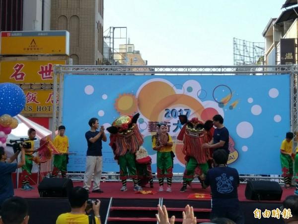 台南市教師會及台南市育產業工會,合辦「FUN電影、玩藝術」,熱鬧有趣。(記者洪瑞琴攝)