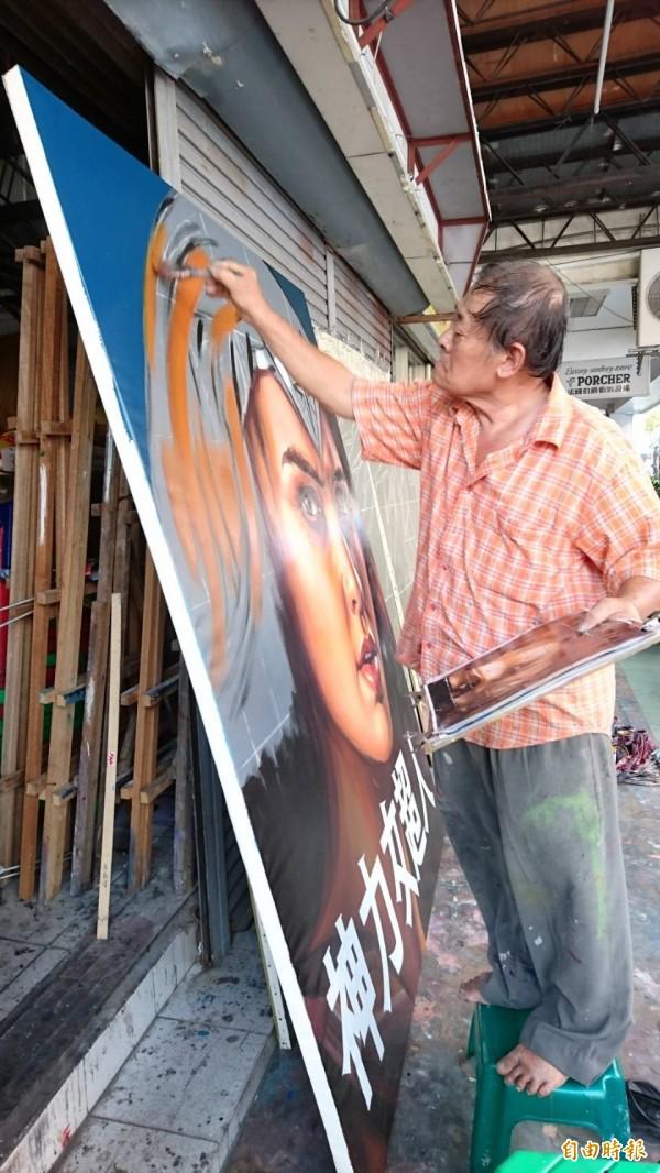 曾躍上美聯社等國際媒體版面報導的全美戲院手繪電影看板老畫師顏振發,現場作畫也成鮮活展覽。(記者洪瑞琴攝)