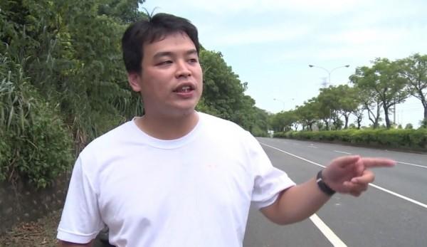 楊順宇重回台14線彰化芬園段,他有多次在路上撿到犬貓屍體的經驗,這是第一次遇到瀕臨絕種的保育動物石虎。(記者劉曉欣翻攝)