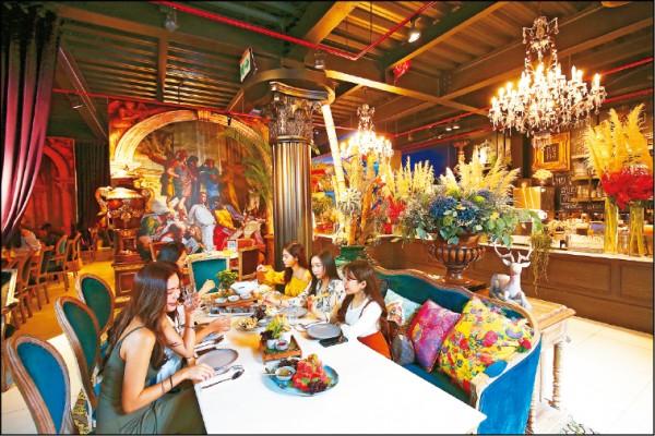 巴洛克古典風的設計空間,卻以鮮豔的花材布置其中,就像泰國流行的衝突藝術般,讓客人在繽紛空間享用泰北風味菜。(記者潘自強/攝影)