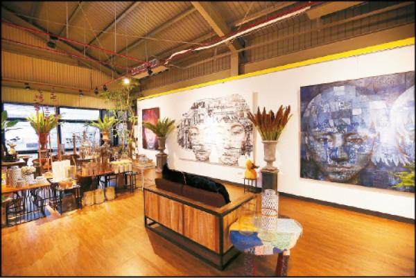 店內2樓展示著泰國藝術家的畫作,不過上樓參觀需先告知店家。(記者潘自強/攝影)