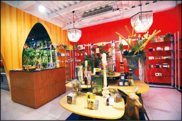 店裡引進泰國THANN品牌的香氛及玻璃植栽創作,供客人欣賞及採買。(記者潘自強/攝影)
