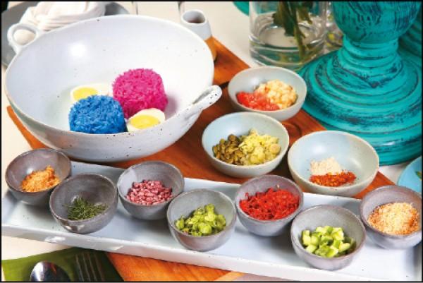 招牌雙色米沙拉/420元。以蝶豆花和紅龍果製作成的雙色米,加入青芒果、椰子乾、糙米、南瓜籽等共20種配料拌勻後品嚐,融合泰式經典風味。(記者潘自強/攝影)