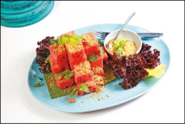 宮廷古法-蜜汁魚酥佐西瓜/380元。將魚酥烤乾後打成粉,拌入砂糖撒在西瓜上,搭配薄荷葉一同入口,鹹甜多汁又清爽,是由泰國宮廷傳出的風味。(記者潘自強/攝影)