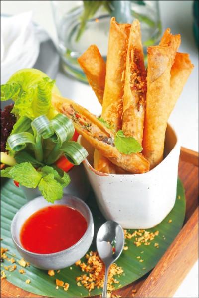 泰式鮮蝦炸春捲/230元。春捲皮包有蝦米、豬肉和香料等油炸,沾上帶酸甜微辣口感的泰式甜雞醬品嚐,屬於泰國的街頭小吃。(記者潘自強/攝影)