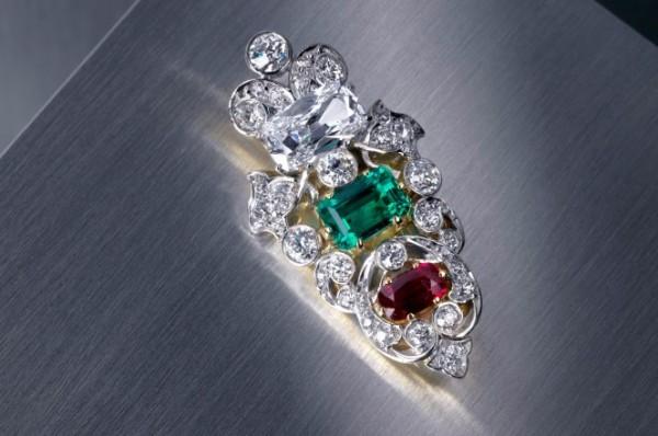 美國女子8美元(約新台幣240元)買來的胸針,竟然鑲著真鑽、翡翠和紅寶石,估價達到3萬美元(約新台幣90萬元)。(圖擷自《紐約郵報》)