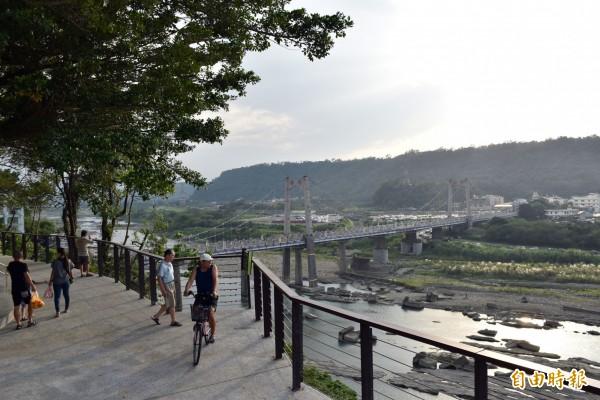 大溪中正公園推動景觀再造計畫,新闢建崖線步道,讓遊客的視野無限延伸至大漢溪各景點。(記者李容萍攝)