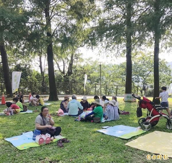 大溪中正公園首辦納涼野餐,吸引親子席地共享好時光。(記者李容萍攝)