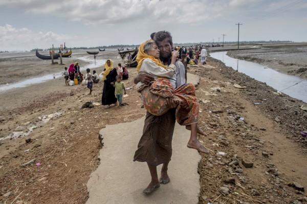 數千名羅興亞人在邊界搭營,表示不想前往孟加拉尋求庇護,只想早日回到自己的家鄉。(美聯社)
