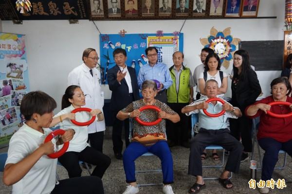 衛生福利部長陳時中(後排左2)由嘉義縣副縣長吳芳銘(後排左3)等人陪同,赴大林鎮明和社區失智據點訪視。(記者曾迺強攝)