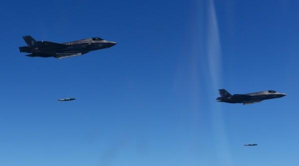 美軍稍早出動4架F-35B戰機以及兩架B-1B轟炸機進行轟炸演習,藉此警告北韓。圖為F-35B戰機。(歐新社)