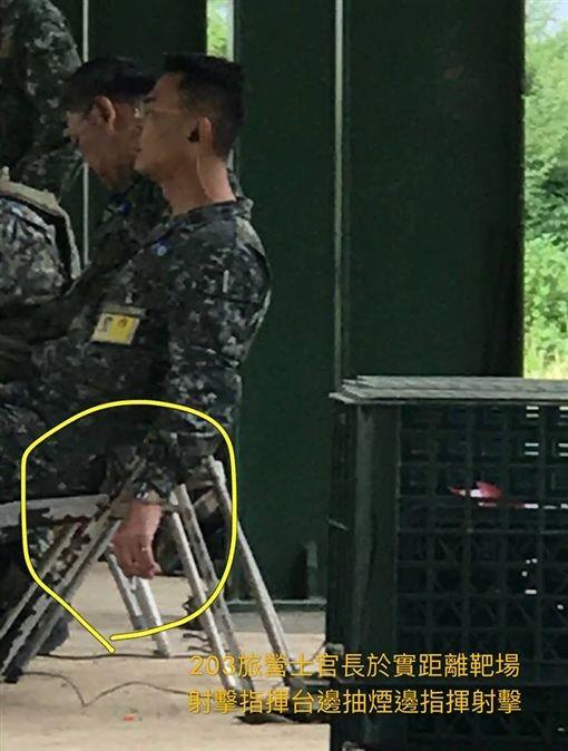 網友PO網爆料,指控陸軍203旅士官長在靶場抽菸。(圖擷取自靠北長官2.0臉書)