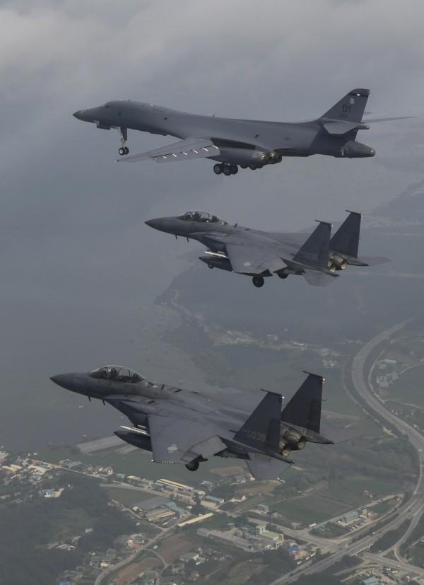 美軍出動4架F-35B以及兩架B-1B轟炸機(圖上),和4架南韓F-15K戰機(圖中及圖下)一起進行投彈演習。(美聯社)