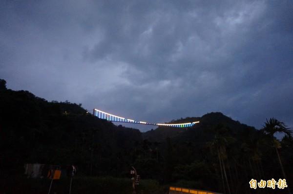 太平雲梯橋體裝置近千個LED七彩燈條,民眾看見嘉縣山區的雲梯散發出如「微笑曲線」璀璨景緻,認為是新地標,圖為7月27日試燈畫面。(記者曾迺強攝)