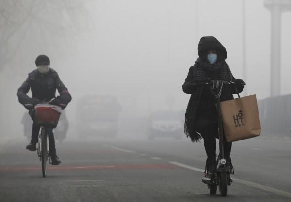 中國霧霾嚴重,被懷疑導致雷擊死傷人數增加。(資料照,路透)