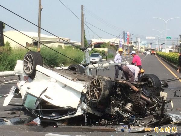 車禍現場事故車車頭全毀,怵目驚心。(記者林國賢攝)