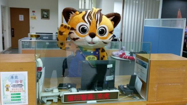 花博吉祥物「來虎」到派出所當一日警長,萌樣破表。(記者許國楨翻攝)