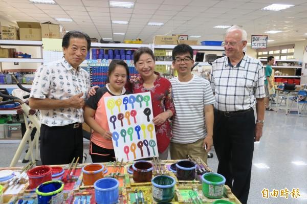 上田清樹寮長(左一)與石野大助(右二)造訪美善基金會。(記者蔡文居攝)