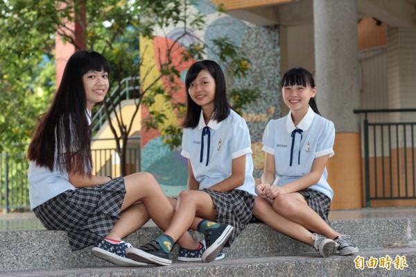 東港高中的校服合身剪裁,穿起來端莊典雅,褲裙設計不怕走光,花方格圖案氣質加分。(記者陳彥廷攝)